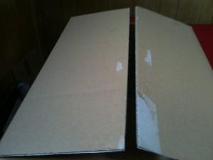 テープをはがし終えたダーンボールの箱