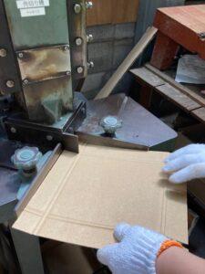 ダンボールの角を切る機械