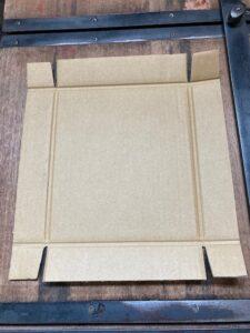 かぶせ式の箱ののりをつける前の展開した状態